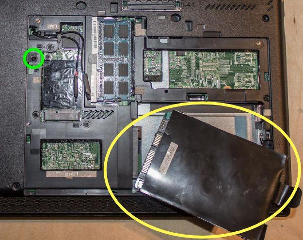 """Nach Entfernen der Bodenplatte des L430 kann der 2.5""""-Massenspeicher einfach abgezogen werden."""
