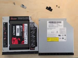 Links: HDD Caddy mit SSD. Rechts: original verbautes optisches Laufwerk. In beiden fällen ist die Rückhalterung abgeschraubt.
